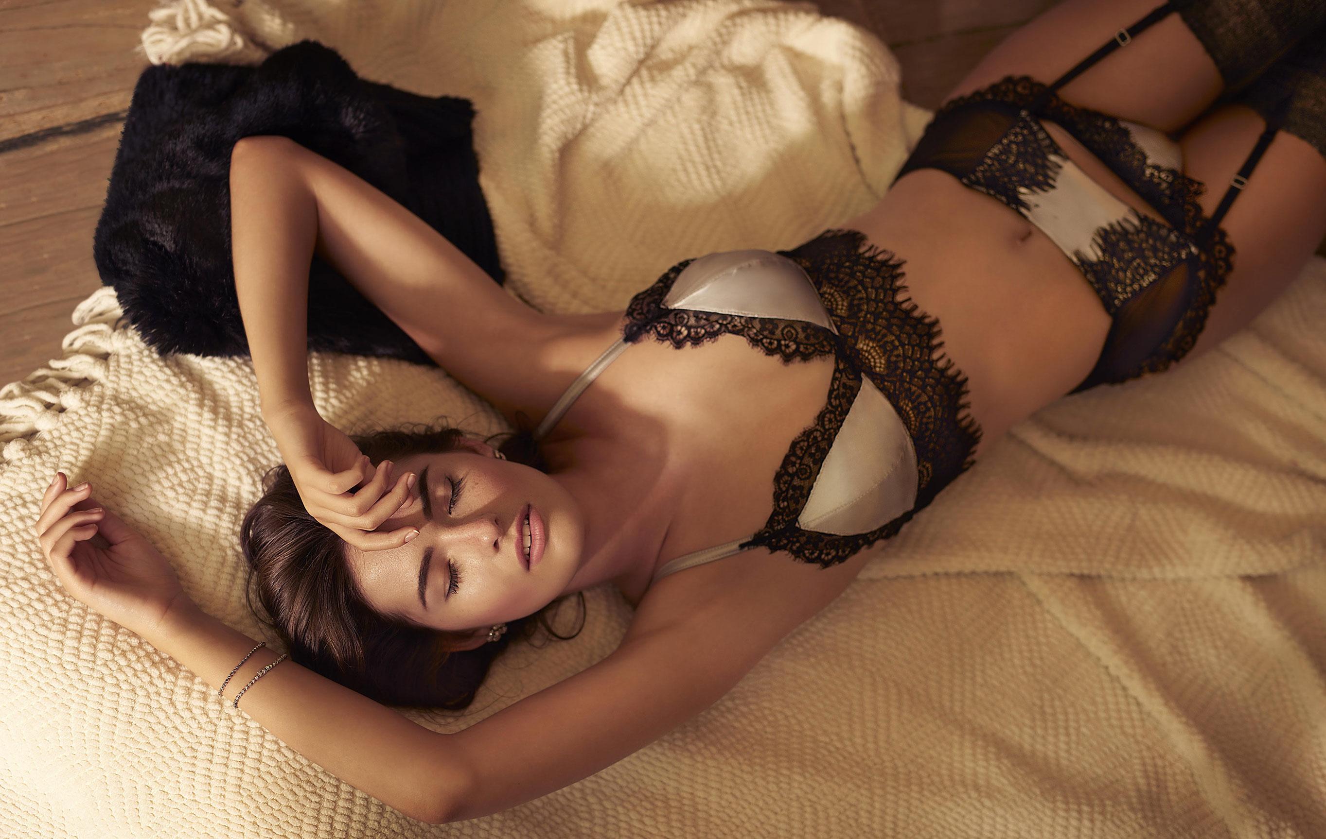 Бренда Фрейтас в нижнем белье и домашней одежде / фото 03