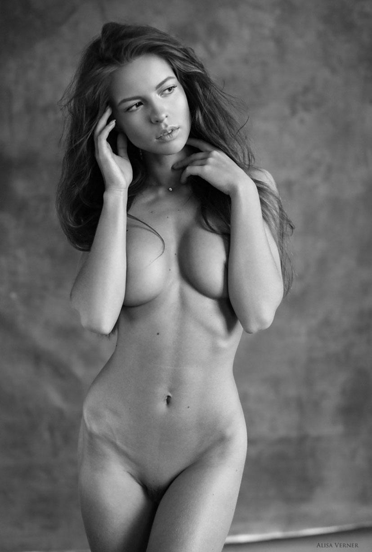 голая Юлия Зубова на черно-белых фотографиях Алисы Вернер / фото 02