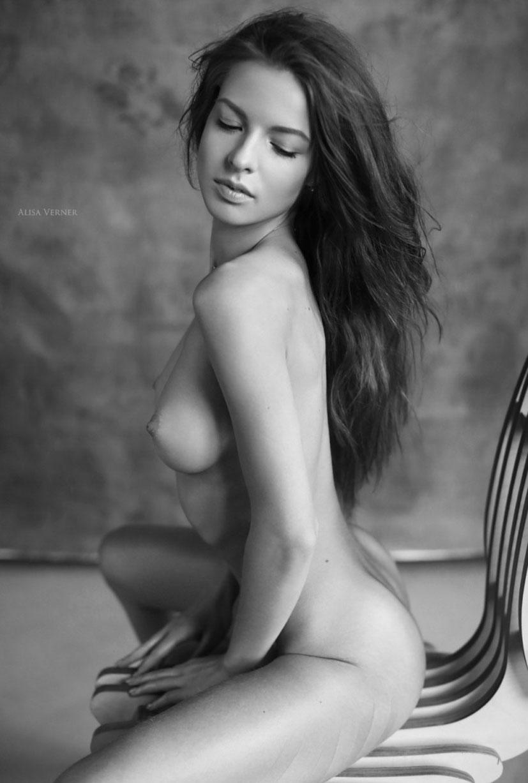 голая Юлия Зубова на черно-белых фотографиях Алисы Вернер / фото 04
