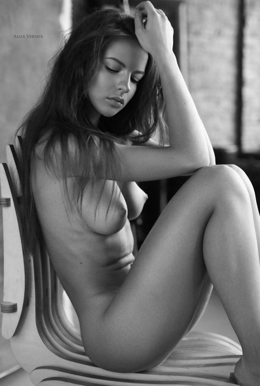 голая Юлия Зубова на черно-белых фотографиях Алисы Вернер / фото 05