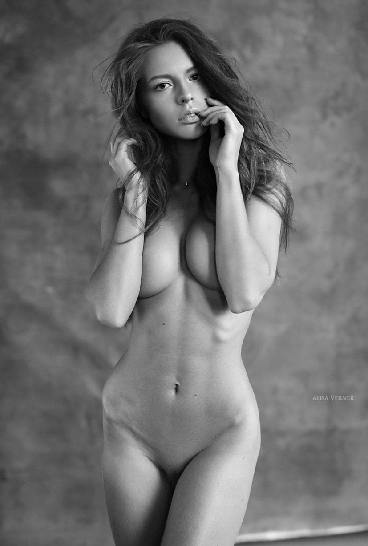 голая Юлия Зубова на черно-белых фотографиях Алисы Вернер / фото 10