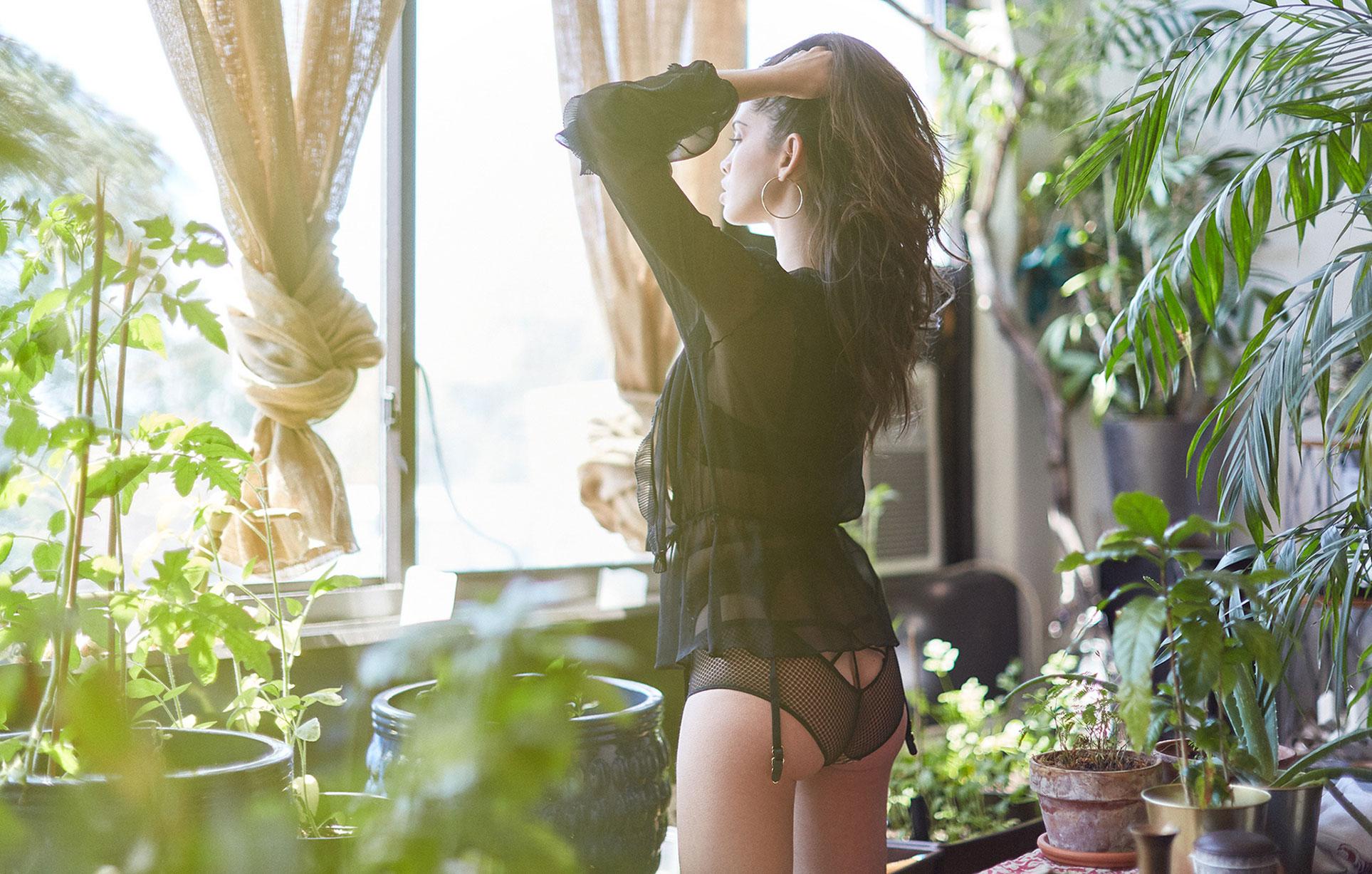 Девушка в темном нижнем белье и черной шляпе в домашней обстановке / фото 01