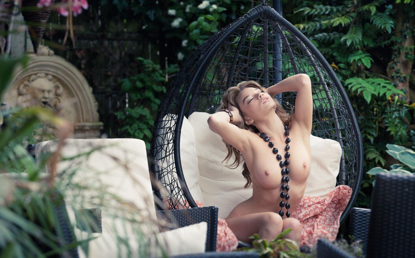 сексуальная чешская модель Ники в домашней обстановке / фото 03