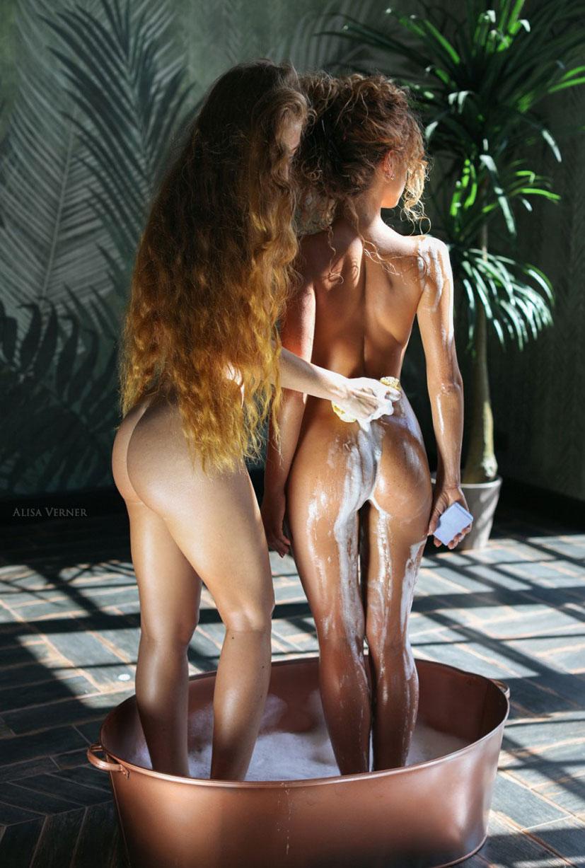 Юлия Ярошенко принимает ванну с анонимной подругой / фото 07