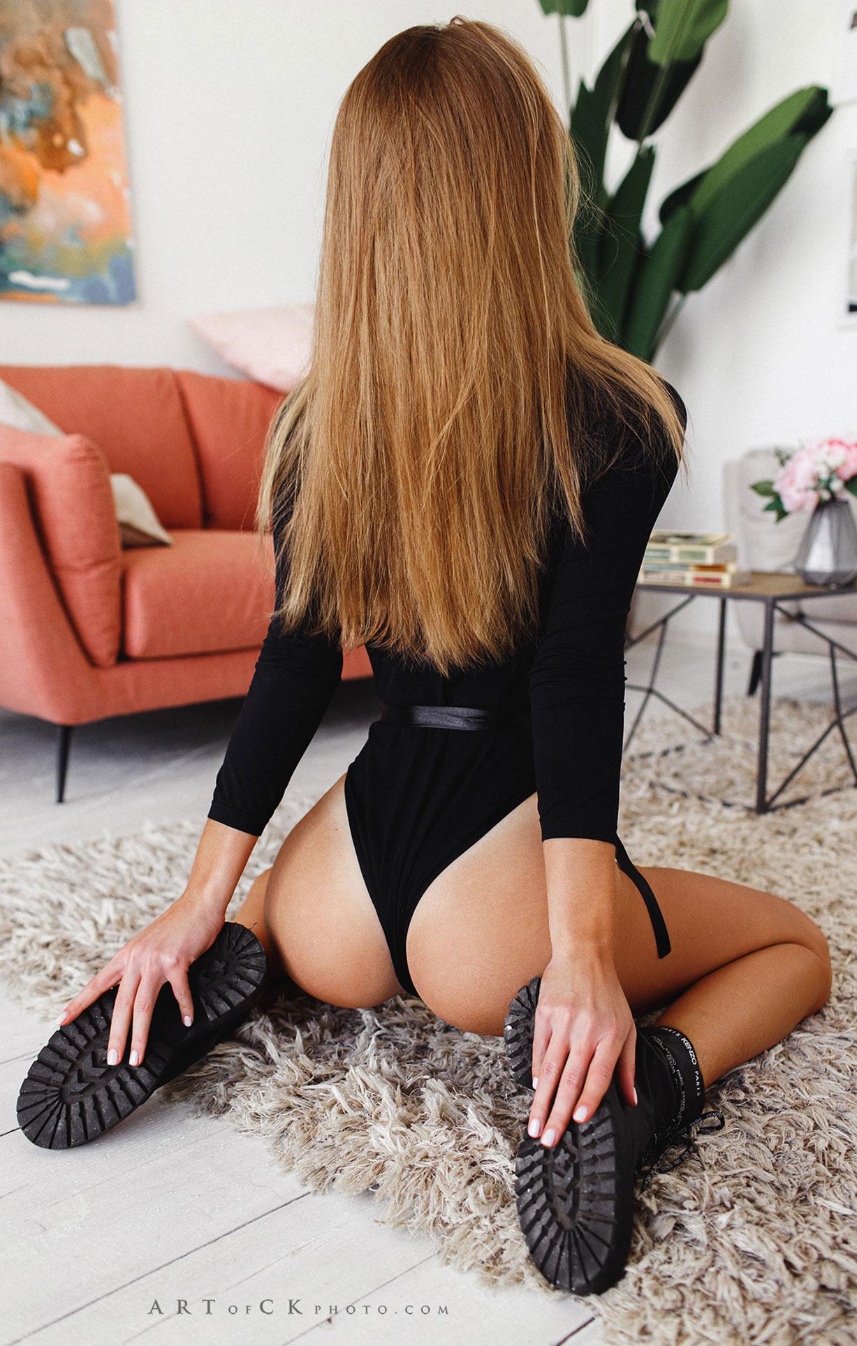 Наташа Милевская примеряет новые ботинки / фото 04