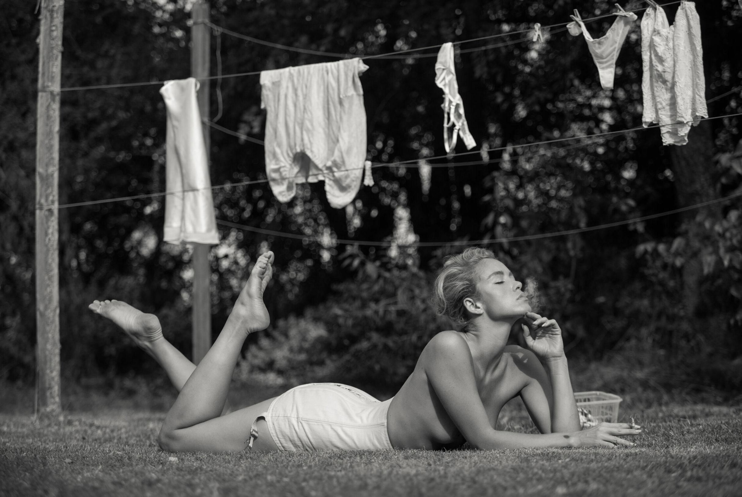 Сексуальная Вика занимается стиркой на заднем дворе / фото 04