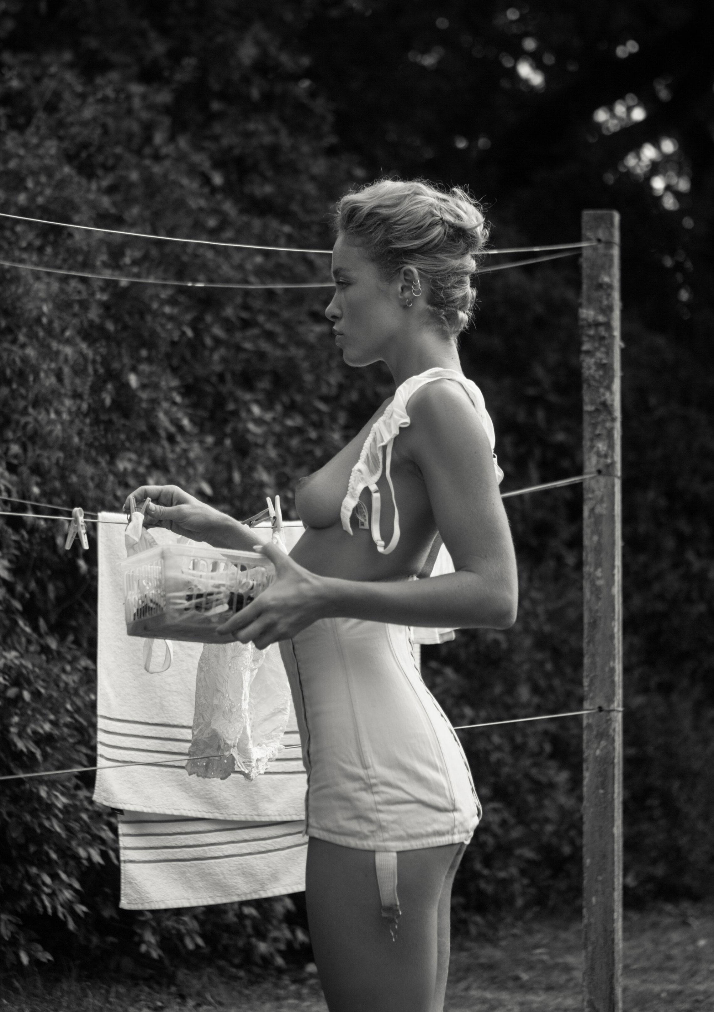 Сексуальная Вика занимается стиркой на заднем дворе / фото 08