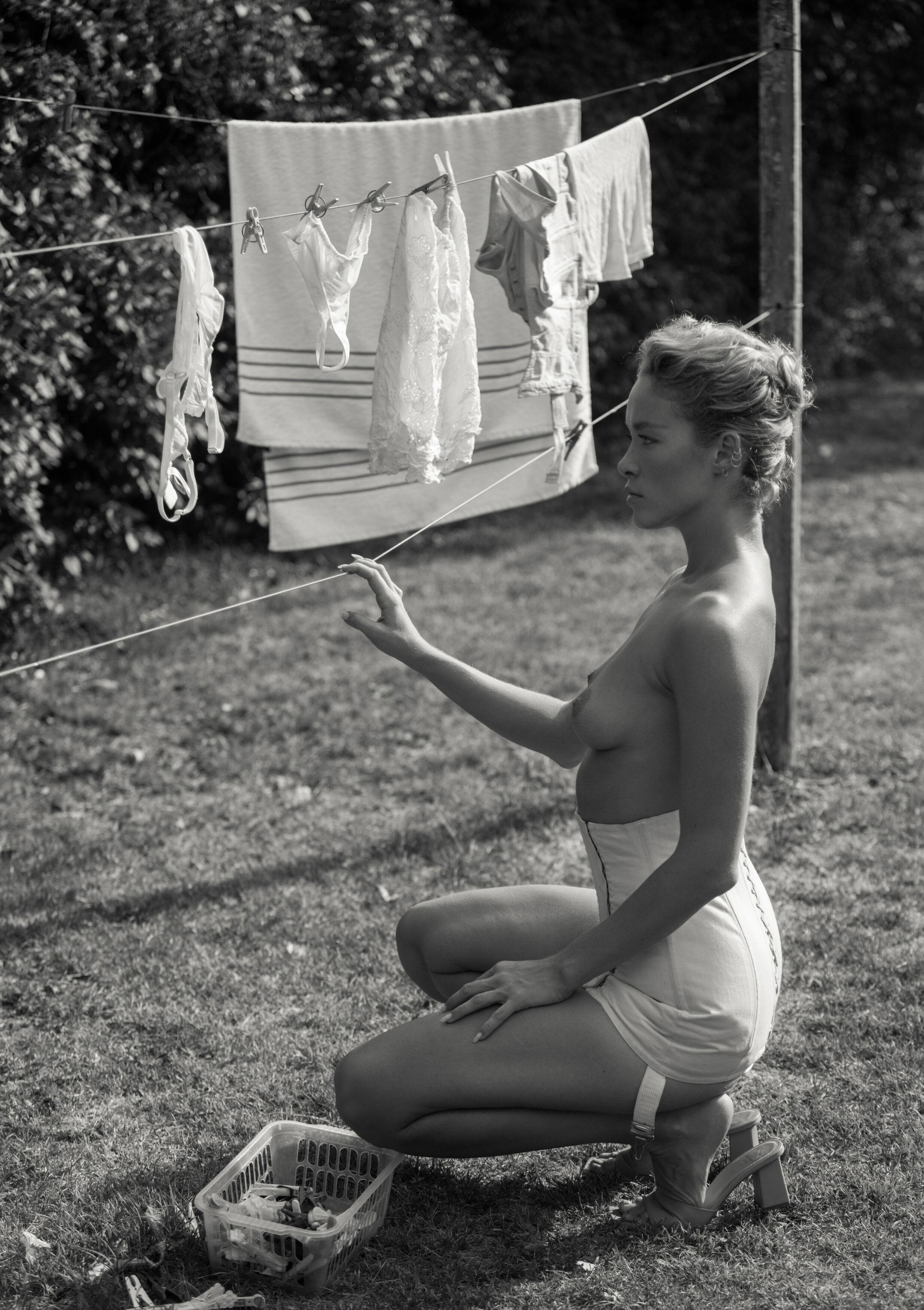 Сексуальная Вика занимается стиркой на заднем дворе / фото 09