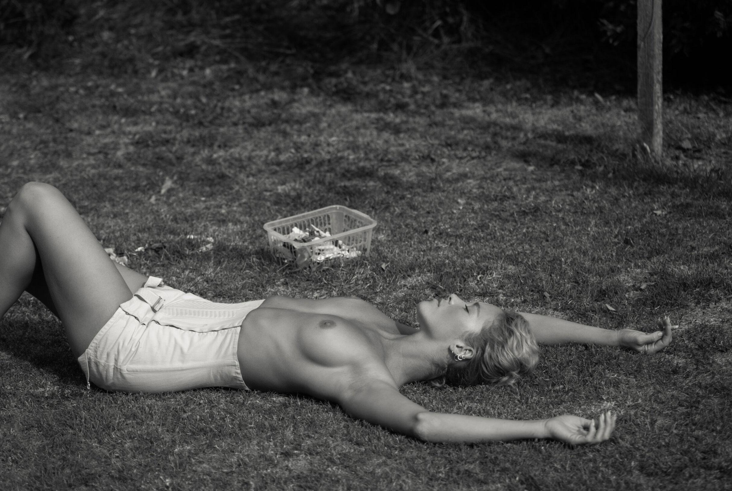 Сексуальная Вика занимается стиркой на заднем дворе / фото 13