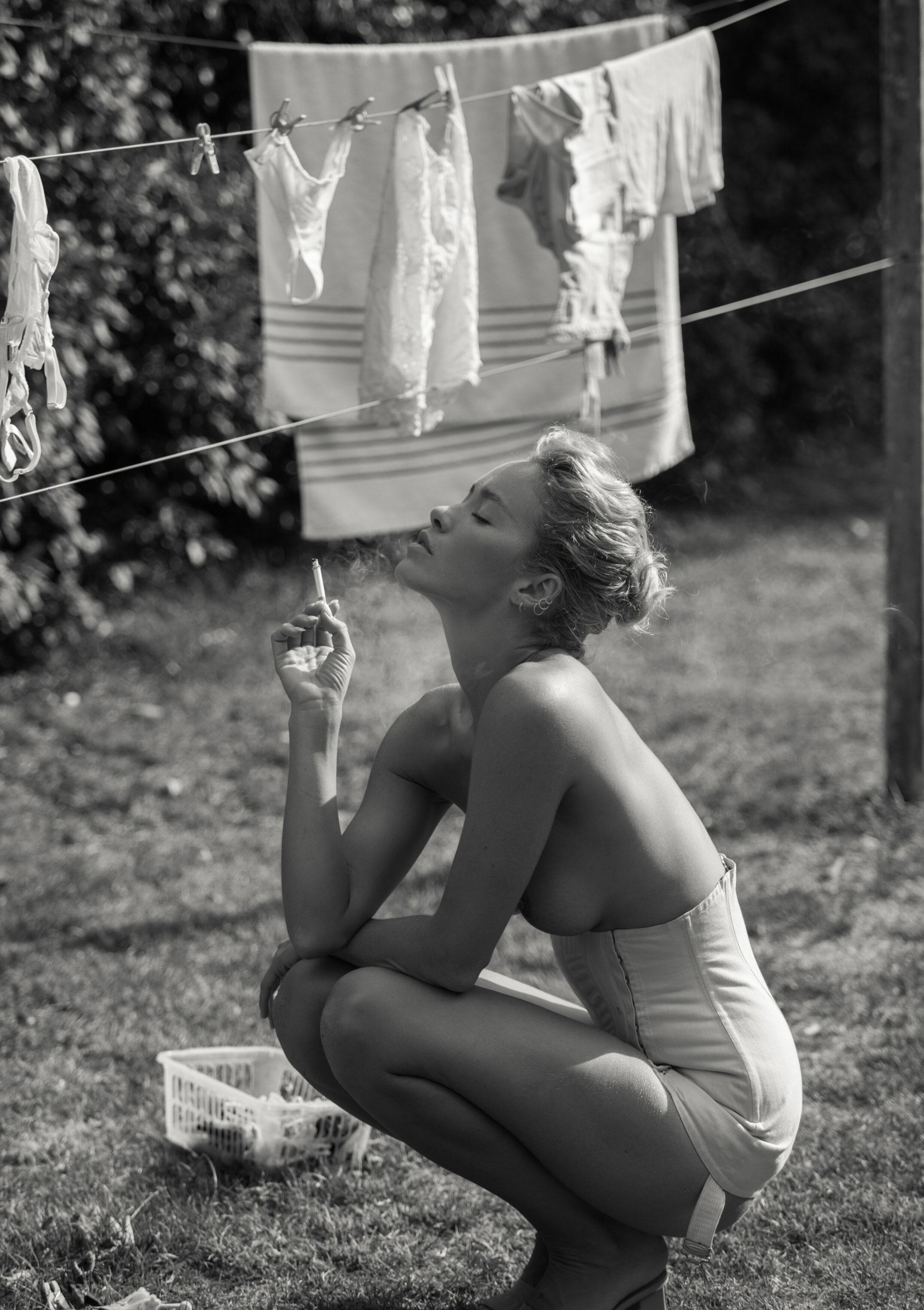 Сексуальная Вика занимается стиркой на заднем дворе / фото 14