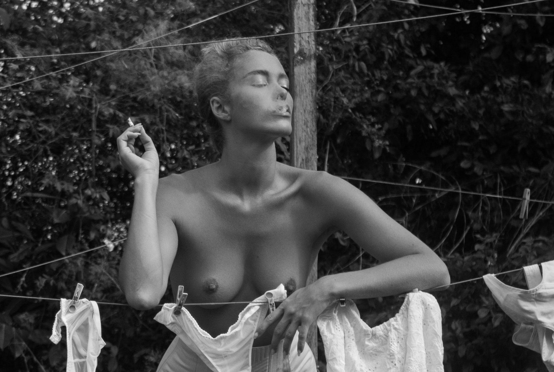 Сексуальная Вика занимается стиркой на заднем дворе / фото 15