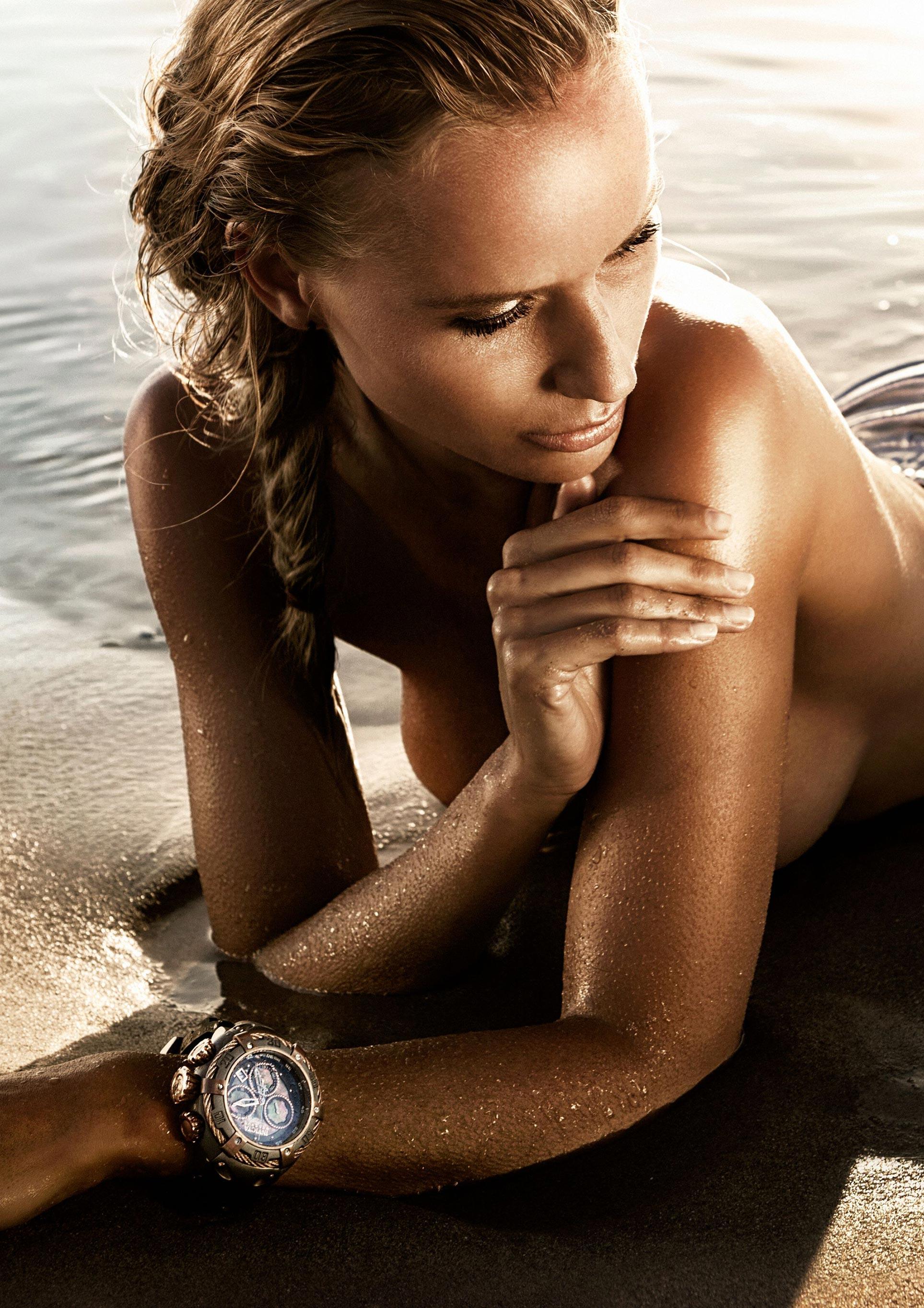 Часы Invicta на красивых девушках / фото 01