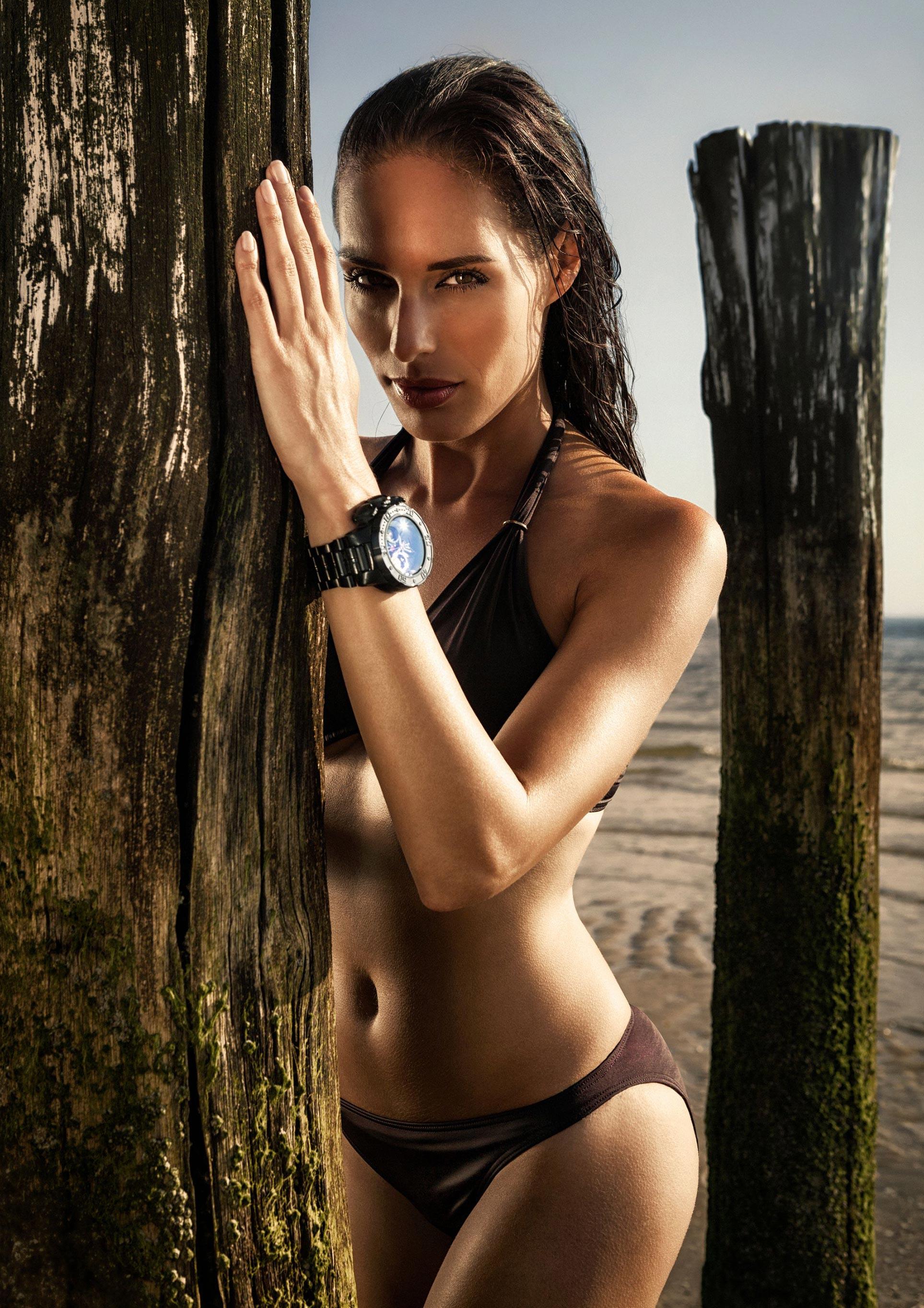 Часы Invicta на красивых девушках / фото 06