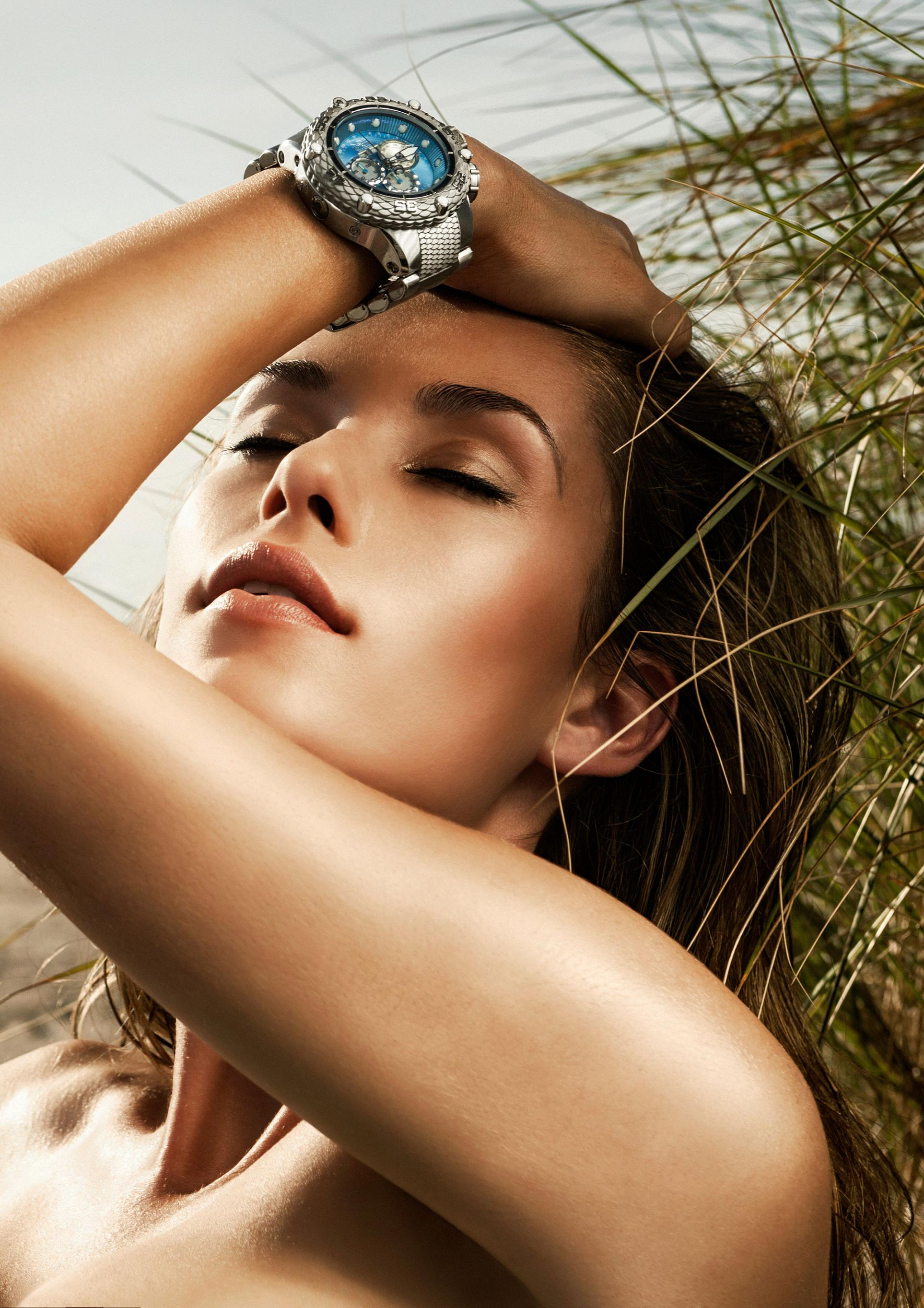 Часы Invicta на красивых девушках / фото 08